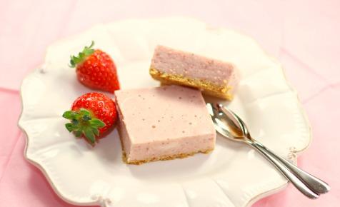 strawberry cheesecake slice